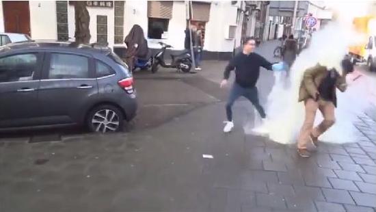 荷兰青年街头向华人泼奶粉 疑因海外抢购引民怨