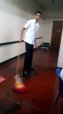 """菲律宾数名学生因""""使用国旗拖地""""被开除(图)"""