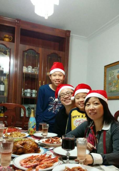 西班牙华裔母亲赴美开中餐馆 助儿子圆名校梦